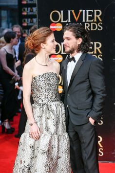 Pin for Later: Kit Harington et Rose Leslie Officialisent Leur Relation Sur le Tapis Rouge