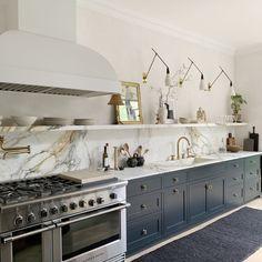Interior Design Experts Reveal Their Favorite Open Shelving Kitchen Ideas Regal Design, Küchen Design, Home Design, Layout Design, Interior Design, Design Trends, Design Ideas, Kitchen Design Open, Open Kitchen