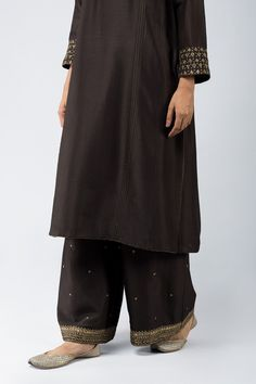 Good Earth brings you luxury design crafted by hand, inspired by nature and enchanted by history, celebrating India's rich history and culture through original, handcrafted products. Indian Suits, Indian Attire, Indian Wear, Pakistani Dresses Casual, Indian Dresses, Velvet Suit Design, New Style Suits, Pakistani Designer Suits, Indian Tunic
