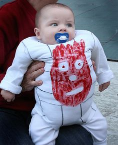 Funny pictures about Creative Parents + Halloween = Pure Awesomeness. Oh, and cool pics about Creative Parents + Halloween = Pure Awesomeness. Also, Creative Parents + Halloween = Pure Awesomeness photos. Primer Halloween, Halloween Kostüm, Halloween Costumes For Kids, Halloween Photos, Christmas Costumes, Halloween Clothes, Funny Costumes For Kids, Diy Baby Costumes, Crazy Costumes