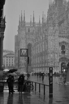 """""""La luce di Milano aveva assunto quella tonalità senza orari né ombre che la caratterizza in inverno, quel grigio sfumato che si sposa tanto bene con l'oro, con i rossi e con i blu ma ti schiaccia come una cappa quando occupa da solo tutto il campo visivo."""""""