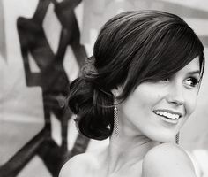 Love this simple updo. Her side bang is simple and elegant.