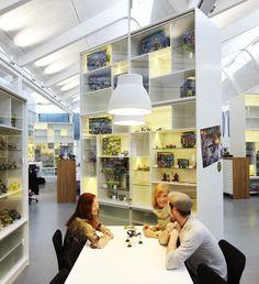 วันก่อนเราเอา ออฟฟิศไมโครซอฟท์ที่เวียนนามาให้ดู วันนี้ เป็นออฟฟิศ Lego ในเดนมาร์ค ออกแบบโดยRosan Bosch and Rune Fjord  มีไม้ลื่นแบบอุโมงค์ทำจากโลหะ ที่ทั้งสวยงาม น่าตื่นเต้น และช่างน่าเล่นเสียจริงๆ