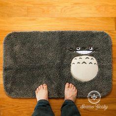 Este tapete de baño extra suave que posee un Totoro con increíbles habilidades de camuflaje. | 23 Adorables productos para cualquiera que ame a Totoro