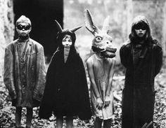 The Bizarre. The Scary. The Macabre. Creepy Vintage Halloween Costumes: Old School Style Why's it seem that Halloween back in the day was so much creepier 260645897171916089 Photos D'halloween Vintage, Vintage Halloween Photos, Halloween Images, Old Photos, Coastumes Halloween Effrayants, Creepy Costumes, Creepy Halloween Costumes, Couple Costumes, Costumes Kids