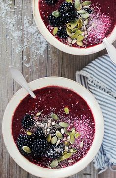 Photos via: Hello Natural Vegan Coconut Blackberry Smoothie Bowl recipe - Scrumptious and nutritious breakfast that you can devour by the spoonful. Smoothies Vegan, Coconut Smoothie, Smoothie Recipes, Coconut Bowl, Coconut Milk, Almond Milk, Vegan Cru, Raw Vegan, Vegan Food
