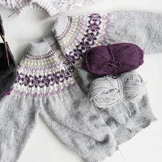 Bare knappestolpene som gjenstår // Almost there ☺ #justanothermumthatknits #strikkeglede #strikkemamma #knitting #strikkedilla #jegstrikker #madebyme #barnestrikk #iloveknitting #hjerteforhandlaget #knitpicks #strikkeinspirasjon #minialpakka #sandnesgarn #mønsterstrikk
