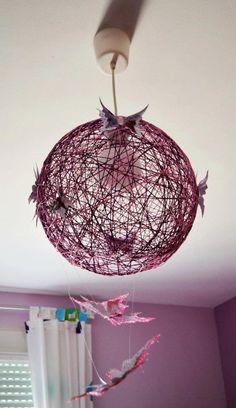 Lámpara de techo hecha a mano con hilo de dos colores y decorada con mariposas de papel