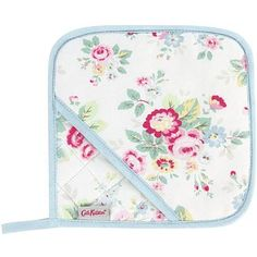 This Trailing Floral pot holder is every bit practical as it is pretty, quilted for extra protection against heat, it comes with a handy loop so you can hang it up in your kitchen.
