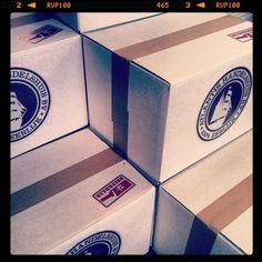 Alles verpakt in recyclebare dozen, dichtgeplakt met papiertape en ons logo met de hand gestempeld op de doos ....uiteraard