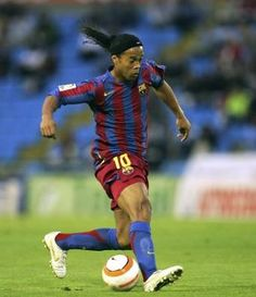 The Brazilian great Ronaldinho managed to invent at least three soccer moves -- the no-look pass, the espaldinha and the one most imitated by millions of midfield showboats around the word: the elastico. Best Football Players, Football Is Life, Soccer Players, Football Soccer, Fc Barcelona, Barcelona Football, Soccer Skills, Soccer Tips, E Sport