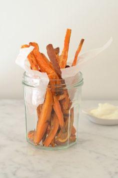Zoete aardappel friet is gezond, lekker en Voedselzandloper proof, een lekker recept voor bij een vega burger.