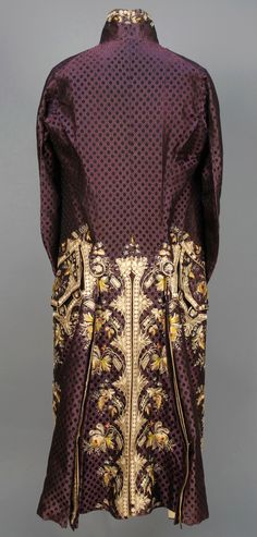 GENTS FRENCH SILK EMBROIDERED COAT, c. 1775.