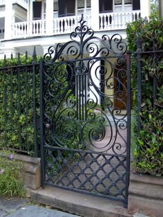 Garden fence gate wrought iron 18 Ideas for 2019 Front Yard Fence, Fence Gate, Low Fence, Lattice Fence, Wire Fence, Fencing, Iron Gate Design, Fence Design, Charleston Gardens
