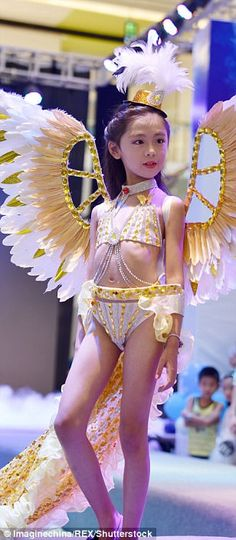 Most of the young girl models were given a massive headpiece and a pair of angel wings or . Victoria Secret Show, Victoria Secret Lingerie, Victoria Secret Fashion, Young Girl Models, Child Models, Beautiful Little Girls, Cute Girls, Yellow Triangle Bikini Top, Festival Girls