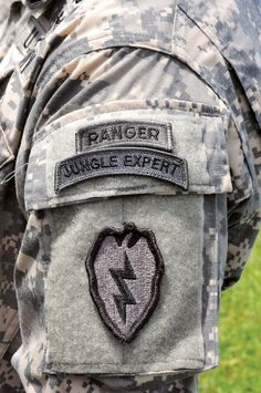 """Army has reactivated the """"Jungle Expert"""" Course along with this new tab. The US Army's shear power is similar to Jupiter's power, and the tab they wear is symbolic of the lightning bolt Jupiter ruled with. Military Units, Military Humor, Military Veterans, Military Service, Army Life, Military Life, Military Art, Airborne Ranger, Airborne Army"""