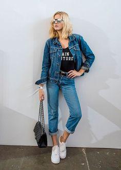 Look estiloso com body, jaqueta e calça jeans com tênis branco