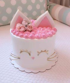Bello pastel redondo alto decorado en colores pastel con tema de gato #cat #cake #celebration Kitten Cake, Kitten Party, Cat Party, Pretty Cakes, Cute Cakes, Gateau Harry Potter, Birthday Cake For Cat, Cake Decorating Techniques, Girl Cakes