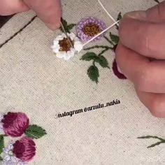Hand Embroidery Patterns Flowers, Beaded Flowers Patterns, Hand Embroidery Videos, Embroidery Stitches Tutorial, Embroidery Flowers Pattern, Learn Embroidery, Hand Embroidery Designs, Ribbon Embroidery, Bordado Floral