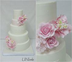 H33. Hääkakku, vaaleanpunaisia ruusuja, pioneja sekä hortensioita. Wedding cake with pink roses, peonies and hydrangeas.