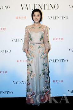 范冰冰 Fan Bingbing wearing a floral Valentino number. Love the whole look. A definite favorite.