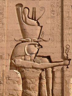 Edfu temple of Horus - Temple d'Horus à Edfou Pylône principal - Entry pylon