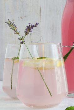 Lavendelsirup selbstgemacht für leckere Lavendellimonade #lavendelsirup #lavendellimonade #lavendelrezepte Wine Glass, Glass Vase, Smoothies, Drinks, Tableware, Blog, Decor, Lavender Recipes, Lavender Lemonade