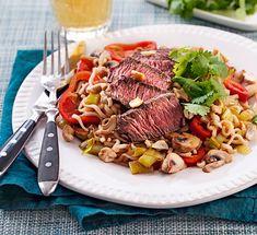 Fräscht och gott är ledorden för den här veckans läckra smalmat! Låt oss fresta med stekt ris med räkor, krämig kycklingpasta och varma chèvresmörgåsar. Lchf, Pot Roast, Cobb Salad, Food And Drink, Dinner, Ethnic Recipes, Carne Asada, Dining, Roast Beef