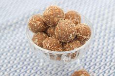 Recept på nyttigt godis - cashewbollar. Helt utan gluten och mjölk. Sötade med honung men tipsar även om andra sätt att söta. Perfekta små godbitar!