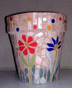 mosaic on plastic pots - Bing Mosaic Planters, Mosaic Vase, Mosaic Flower Pots, Pebble Mosaic, Flower Pot Crafts, Clay Pot Crafts, Mosaic Crafts, Mosaic Projects, Mosaic Bottles