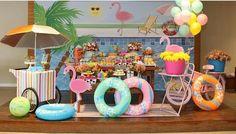 Na comemoração dos 7 anos da Lívia, o verão invadiu a mesa do bolo. Não faltaram tons alegres, nem elementos divertidos na criativa decoração de Alessandra Lima, inspirada em festas na piscina. Vem ver!