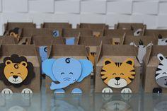 Caixa para lembrancinha em papel craft 200g  Animal feito em papel para scrapbook, 180g, suspenso em fita banana, com técnica de scrapbook  Tamanho: 12X7X6cm  Preço referente a 1 unidade