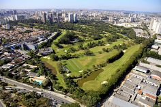 São Paulo Golf Club surrounded by the city. Photo by Angular Fotos Aéreas
