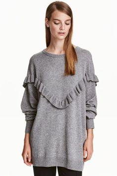 Oversized frilled jumper: Oversized jumper in a knitted wool blend with dropped shoulders, a frill-trimmed yoke and ribbing at the cuffs and hem. Jersey Oversize, Oversized Jumper, Estilo Fashion, Ideias Fashion, Tunic Tank Tops, Girls Sweaters, Womens Fashion For Work, Pulls, Knitwear