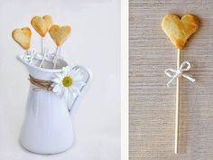 DIY Rezept: Keks-Herzen am Stiel backen // DIY recipe: cookie hearts on sticks via DaWanda.com