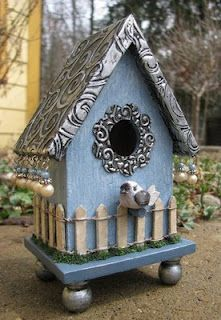 The surrounding metal flower around the entrance is punched with a circle punch then die cut with a flower and then run through an embossing folder by Quickutz. Pewter Art, Bird Houses Painted, Painted Birdhouses, Birdhouse Designs, Bird Aviary, Bird Boxes, Garden Crafts, Bird Cage, Yard Art