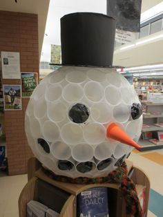 [Golf ball] Winter reading display topped by a giant snowman head, at the Walt Branch Library in Lincoln, NE in November/December School Library Displays, Classroom Displays, School Libraries, Classroom Door, Classroom Ideas, Teen Library, Elementary Library, Library Inspiration, Library Ideas
