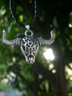Superb skull bull in Tibetan Silver which brings us back to the ancient horned Gods. Material: Tibetan Silver. Color : Silver. We 100% guarantee you full refund after we get returned package(shipping charge's not included).