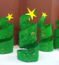 Kerstboompjes van WC-rolletje. Groen schilderen, glitters erop en nog een mooie ster.
