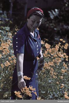 1942. Kvinna i blå klänning med rött hårband. Foto: Gunnar Lundh 1940s Fashion Women, 1940's Fashion, Vintage Fashion, Womens Fashion, Fashion Trends, Vintage Shoes, Vintage Accessories, Vintage Outfits, Beautiful Women
