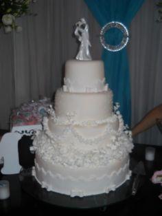 Um bolo especial para os noivos especiais.