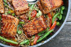 TERIYAKI LAKS MED WOK OG NUDLER: DU SKAL BRUGE: - 1 lakseside - Teriyaki sauce - salt og peber Pensel laksesiden med teriyaki sauce og krydder med salt og peber. Bag i ovnen ved 200 grader, ca. 25min. DU SKAL BRUGE: WOK: - fed hvidløg - frisk ingefær - gulerod - spidskål - peberfrugt - løg - soya sauce - oyster sauce/fish sauce - nudler SÅDAN GØR DU: Skær gulerødder og peberfrugter i stængler, hak spidskålen og løg groft, skær ingefær i små tern, og hvidløg i tynde skiver. Steg det mørt i en…