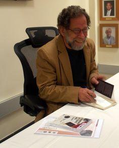 """Eric Nepomuceno autografando seu livro """"A memória de todos nós"""" Foto: Ana Helena Tavares"""