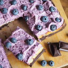 Mustikka-juustokakku brownie - Kulinaari-ruokablogi Fun Food, Good Food, Cookies, Baking, Sweet, Desserts, Summer, Recipes, Crack Crackers