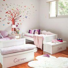 Como en mitad de un bosque, dos camas se sitúan en paralelo entre árboles y animales que esperan pacientes la vuelta del cole de las dos niñas, Carmen y Sofía.