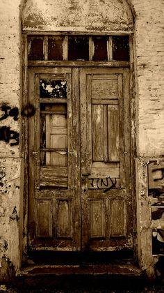 Puerta deteriorada Más