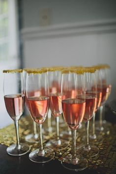 Champagne flutes with edible gold glitter #wedding #gold #gatsby #champagne #cocktails