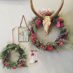 """""""*•*A T E L I E R•*• ❄️Couronne de Noël ❄️ Lundi 7 Décembre à 18h30 Venez réaliser votre couronne et repartez avec, des conseils techniques et surtout un…"""""""