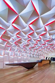 Salon Urbain Lounge est la nouvelle création architecturale de Sid Lee Architecture et Ædifica. Situé au Place des Arts à Montreal, ce lieu au design recherché et réussi a été conçu pour recevoir des personnes avant et après les concerts organisés au hall de concert adjacent. intérieur.