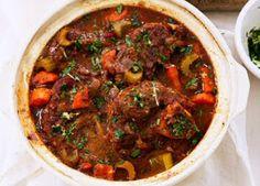Zeer makkelijk osso bucco recept met kalfsschenkel, tomatenpulp, selder, wortel en porto, geserveerd met vers gehakte peterselie